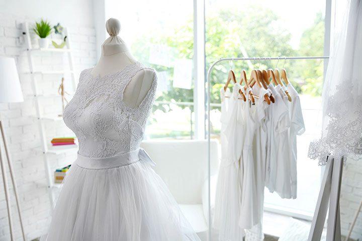 La vetrina del negozio di abiti da sposa